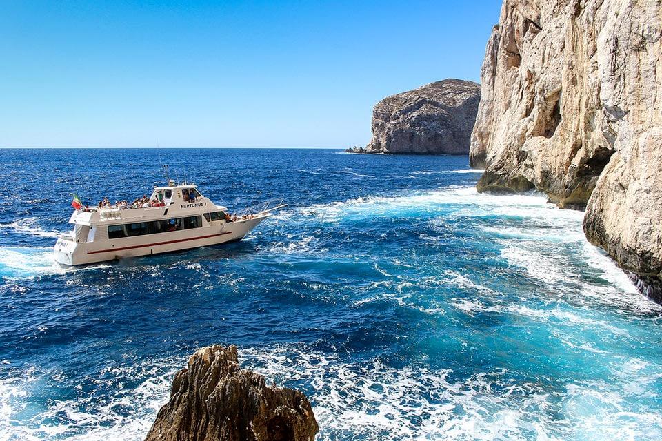 La barca in escursione alle grotte di Nettuno
