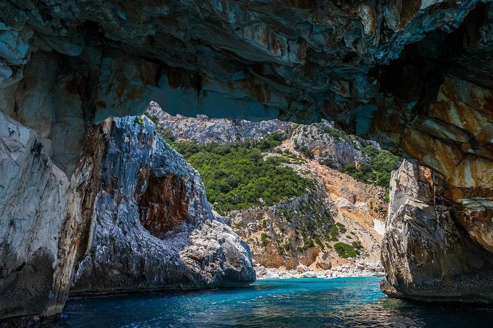 Il mare turchese della Sardegna da dentro una grotta
