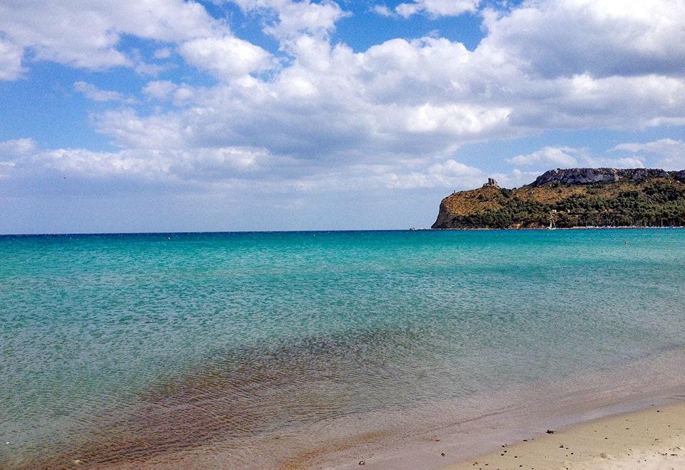 """Domina la playa de Poetto, la característica """"Sella del Diavolo"""", un promontorio rocoso"""