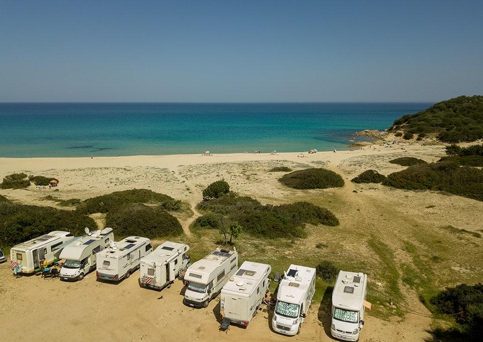 Cala Sinzias mit kostenlosem Camper-Parkplatz mit Blick auf das Meer.