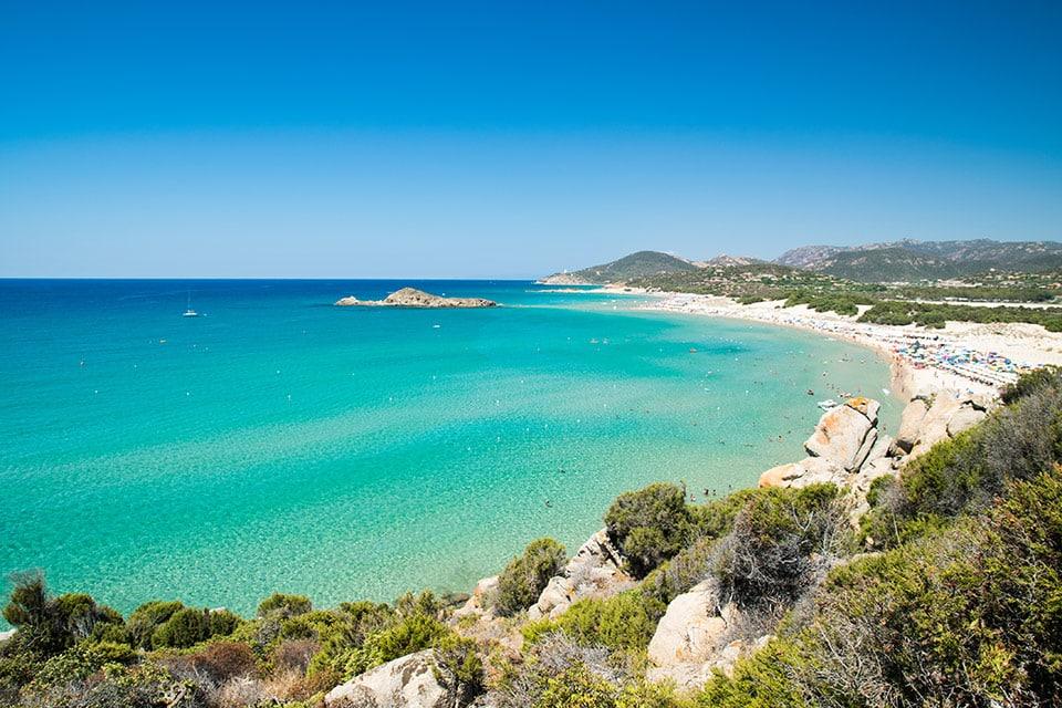 La playa de Su Giudeu, con su pequeña isla característica a la que se puede llegar a pie durante la marea baja