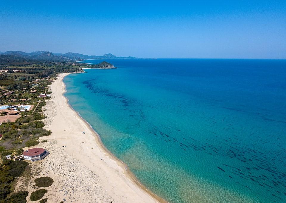 Costa Rei Strände, weißer Sand und kristallklares Meer entlang einer kilometerlangen Küste